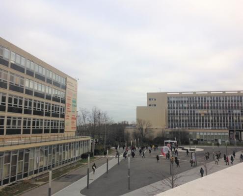 Photo du campus de l'universit Paris-Nanterre. Le ciel est gris, les étudiants déambulent.