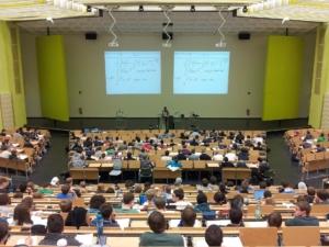 Image d'amphithéatre, rempli d'étudiants, dans une université.